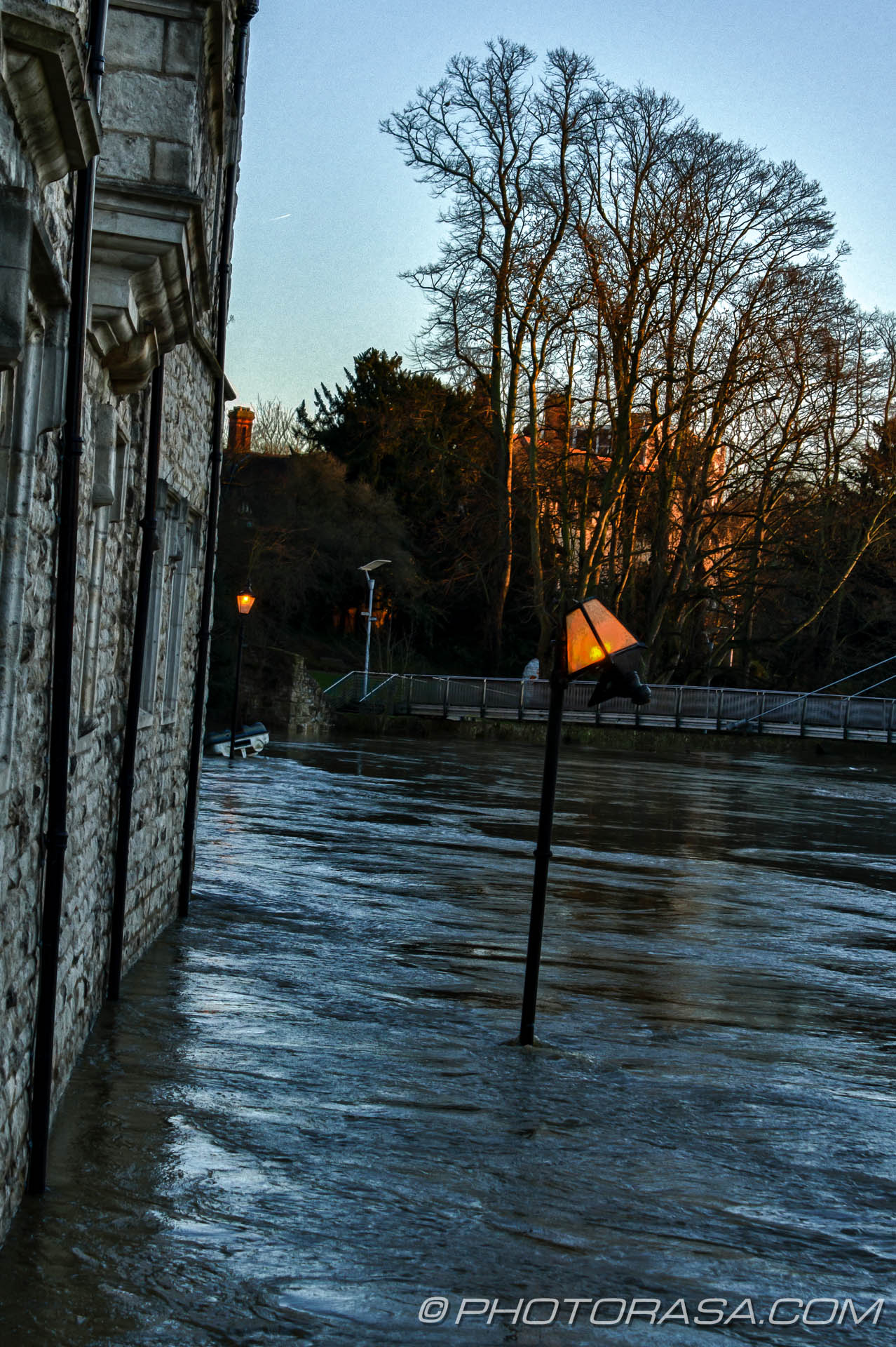 http://photorasa.com/wet-xmas-maidstone-river-medway-floods-town-centre/broken-street-lamp-still-working/
