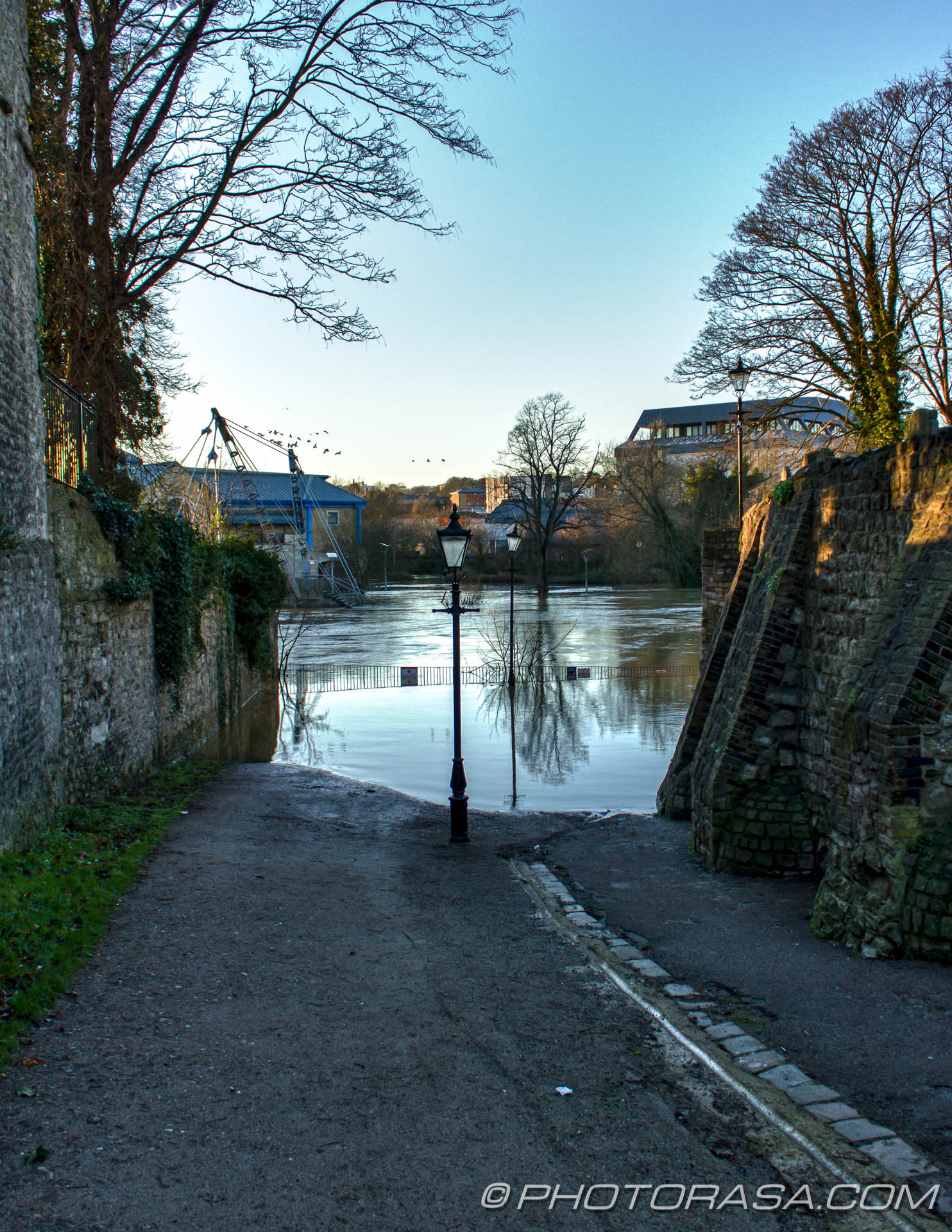http://photorasa.com/wet-xmas-maidstone-river-medway-floods-town-centre/down-the-dirt-path-to-the-footbridge/