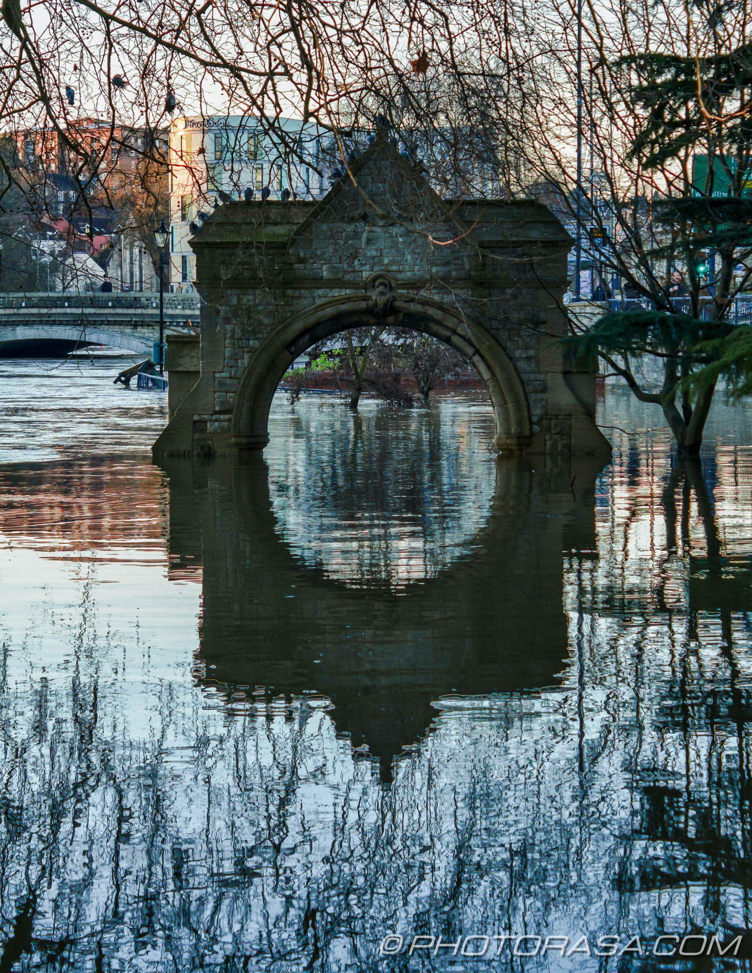 http://photorasa.com/wet-xmas-maidstone-river-medway-floods-town-centre/flooded-arch-reflection/