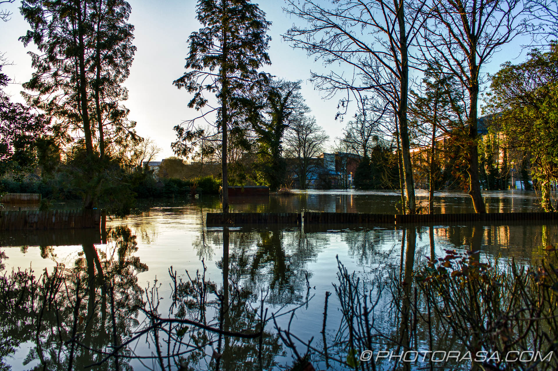 http://photorasa.com/wet-xmas-maidstone-river-medway-floods-town-centre/looking-upstream-to-tovil-through-submerged-trees/