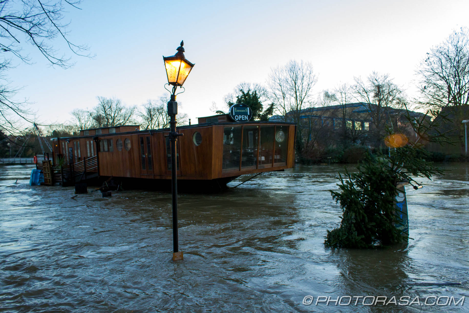 http://photorasa.com/wet-xmas-maidstone-river-medway-floods-town-centre/poor-old-barge-restaurant-with-street-light-and-xmas-tree/