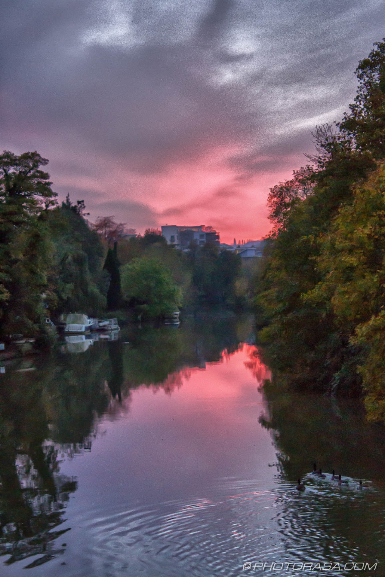 http://photorasa.com/red-sky-night/red-sky-upstream-to-east-farleigh/