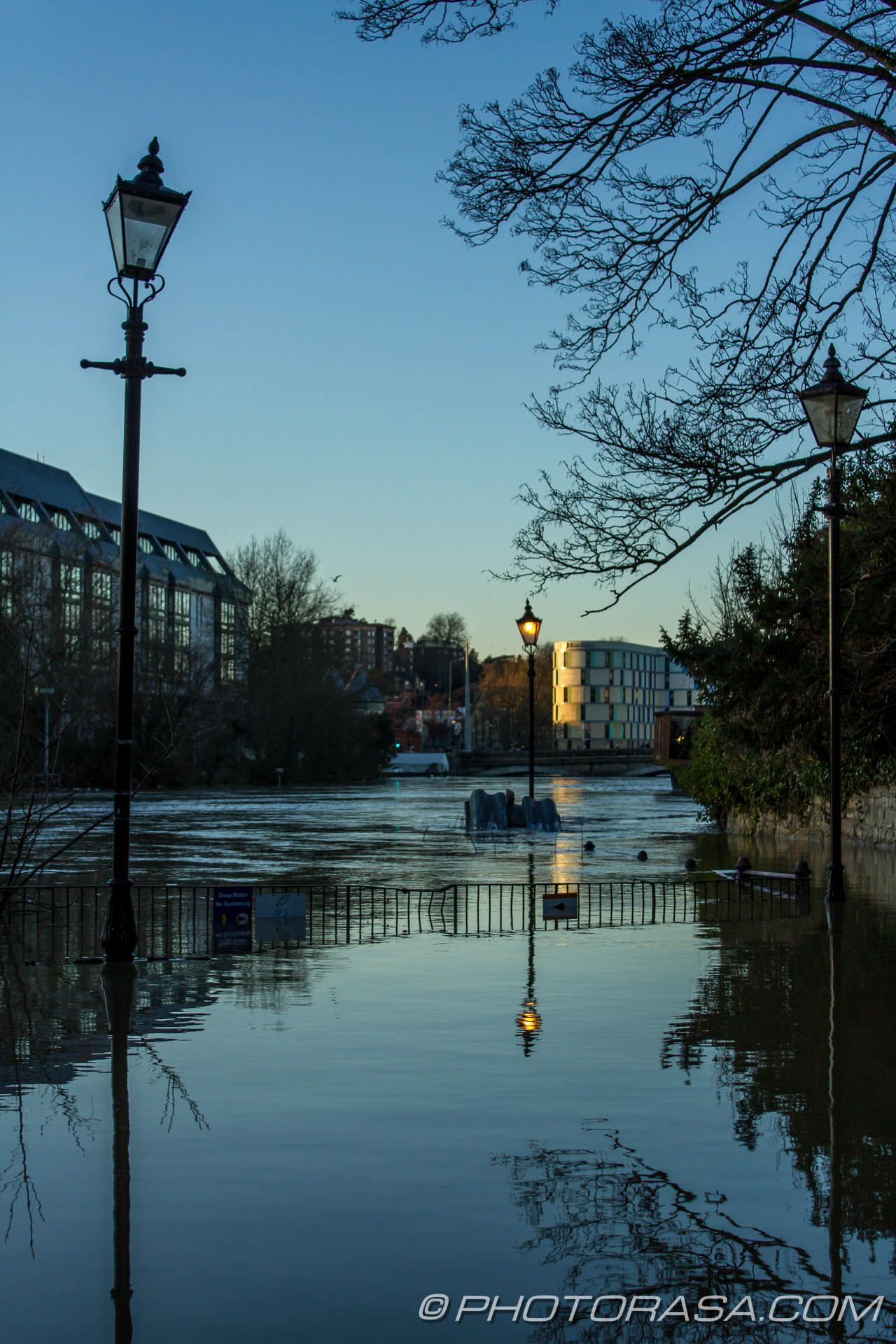 http://photorasa.com/wet-xmas-maidstone-river-medway-floods-town-centre/reflection-of-street-lamps-near-all-saints-church/