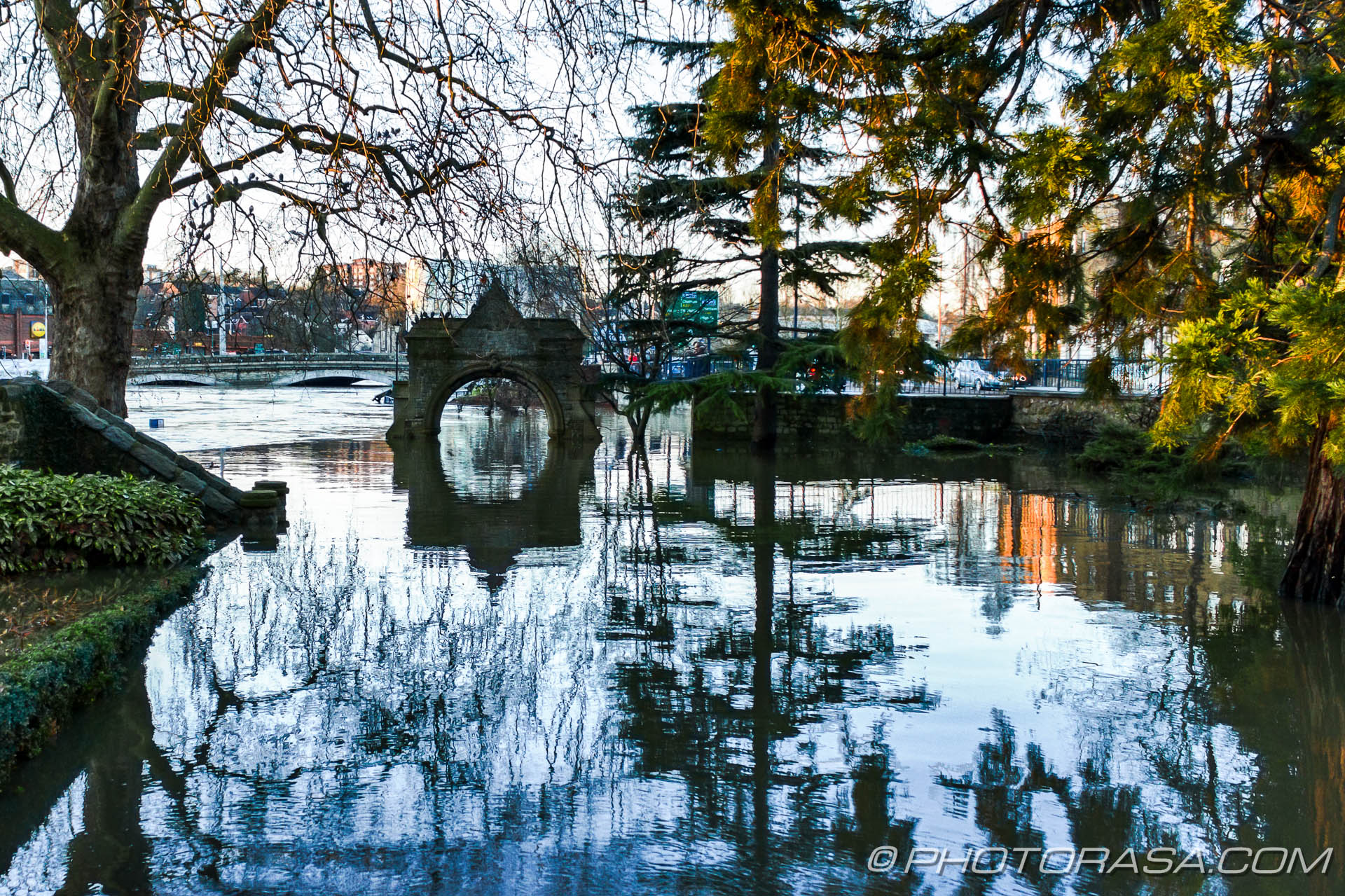 http://photorasa.com/wet-xmas-maidstone-river-medway-floods-town-centre/riverside-entrance-to-archbishops-palace-flooded-with-water/