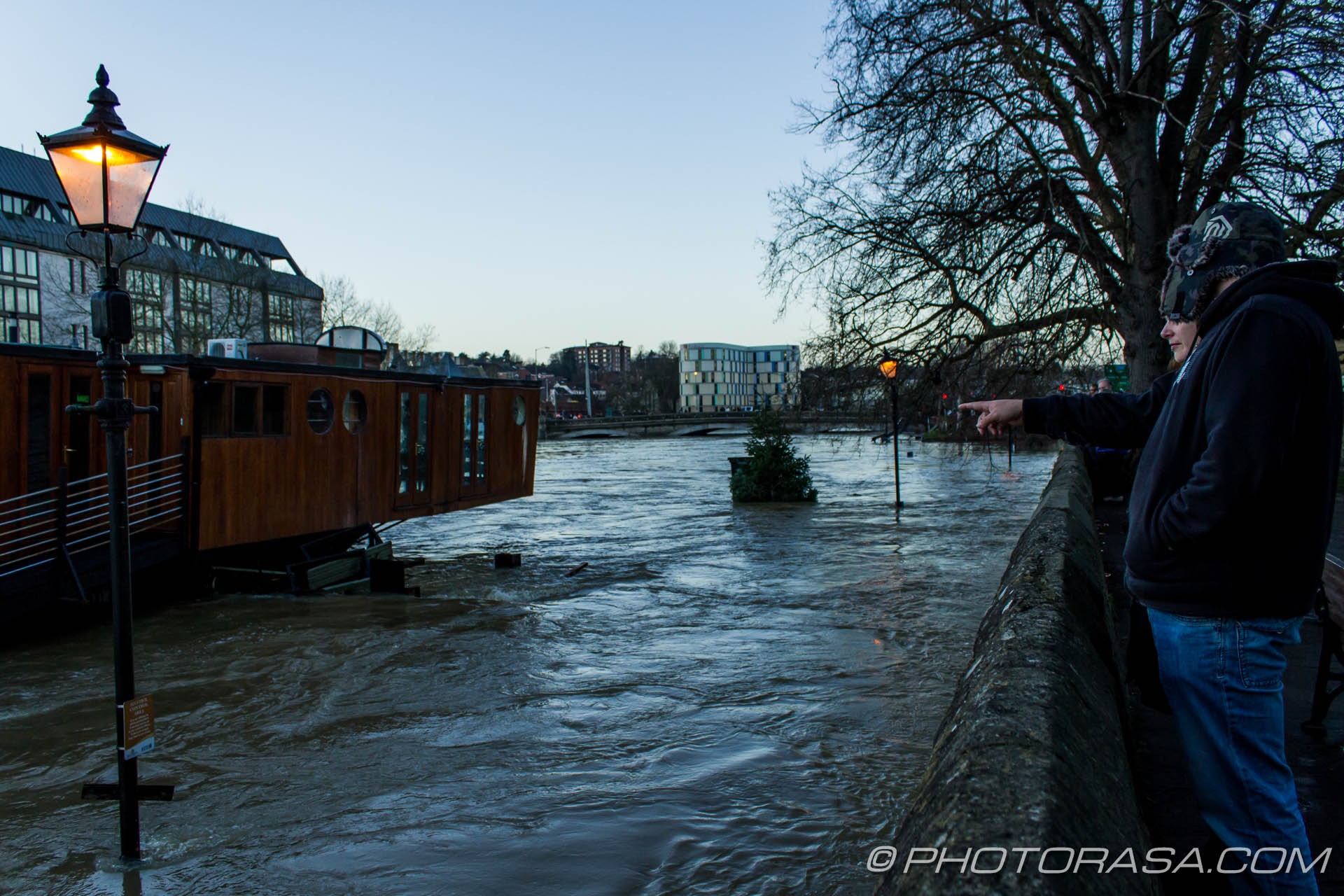 http://photorasa.com/wet-xmas-maidstone-river-medway-floods-town-centre/street-lamps-are-still-on-despite-the-flooding/
