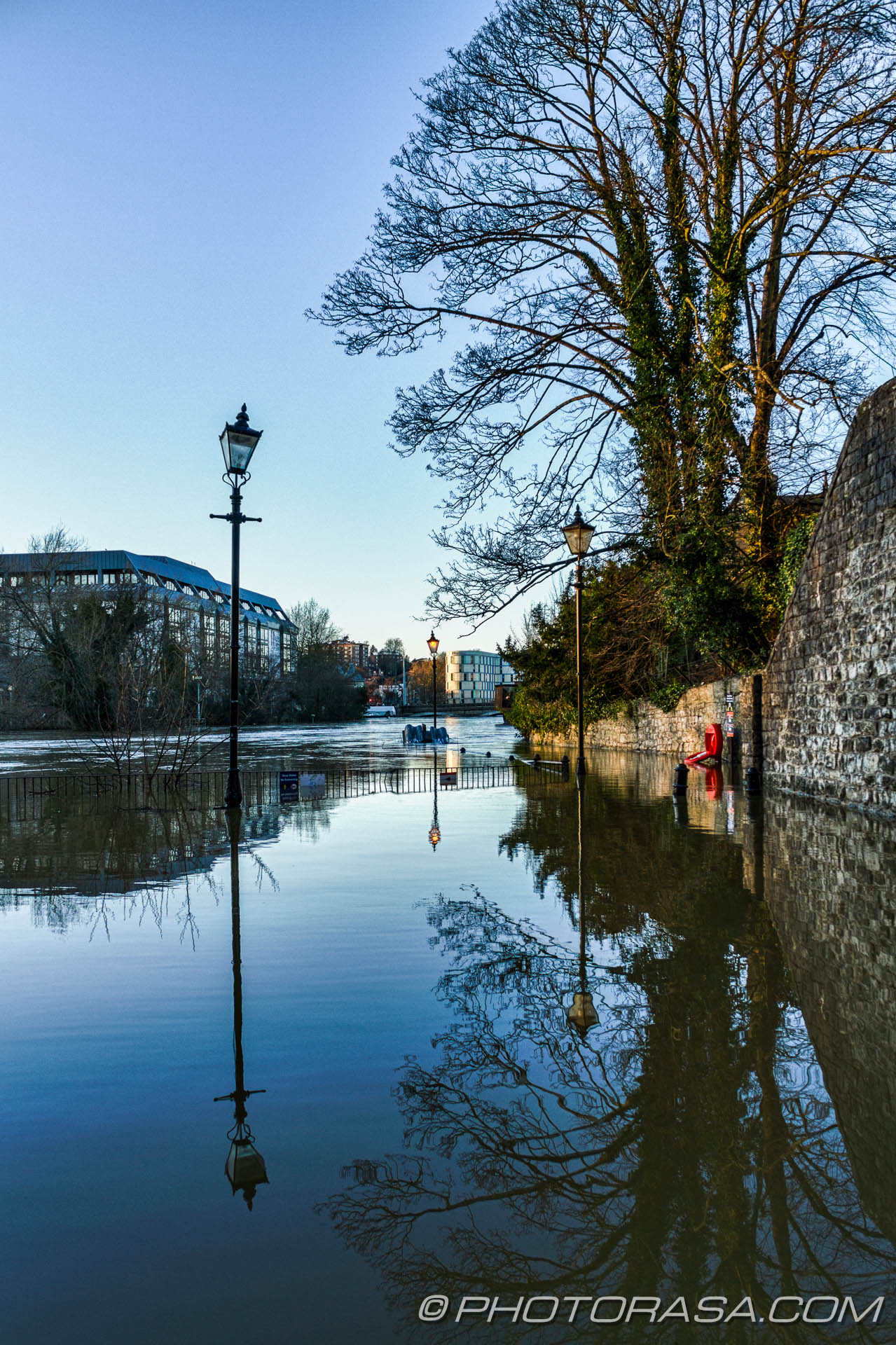 http://photorasa.com/wet-xmas-maidstone-river-medway-floods-town-centre/street-lamps-in-water/