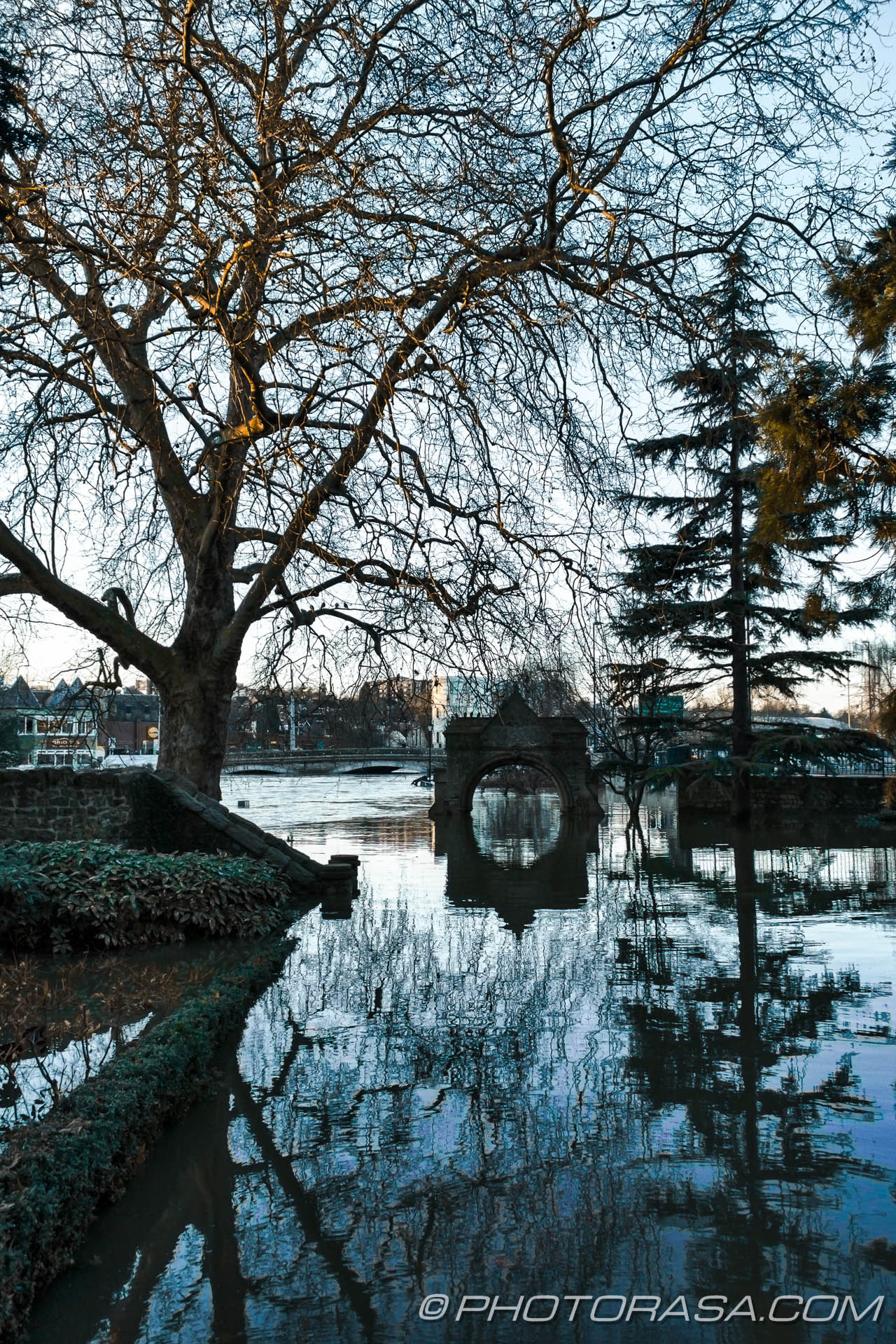 http://photorasa.com/wet-xmas-maidstone-river-medway-floods-town-centre/submerged-entrance-to-archbishops-palace/