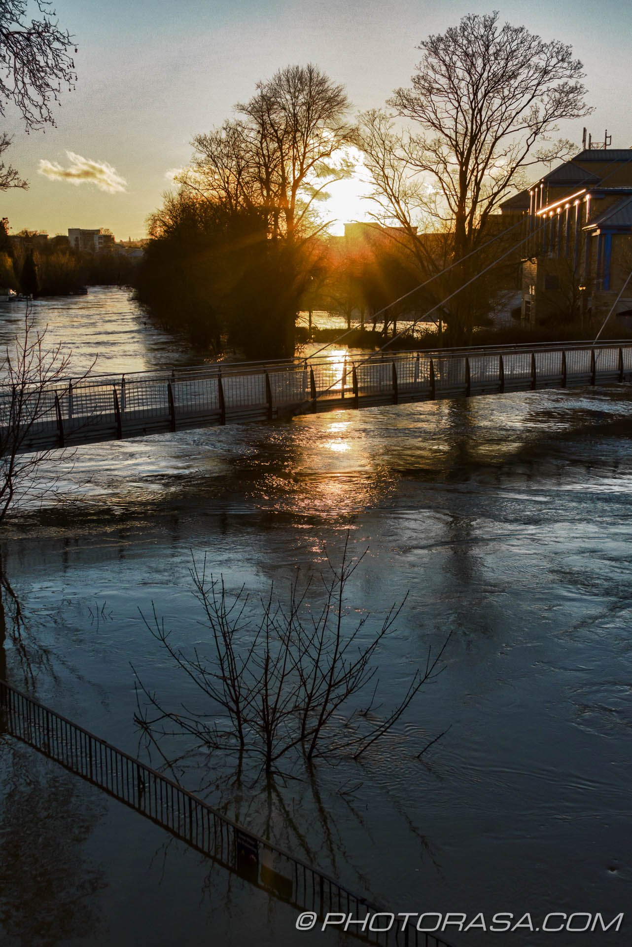 http://photorasa.com/wet-xmas-maidstone-river-medway-floods-town-centre/sunset-at-footbridge/