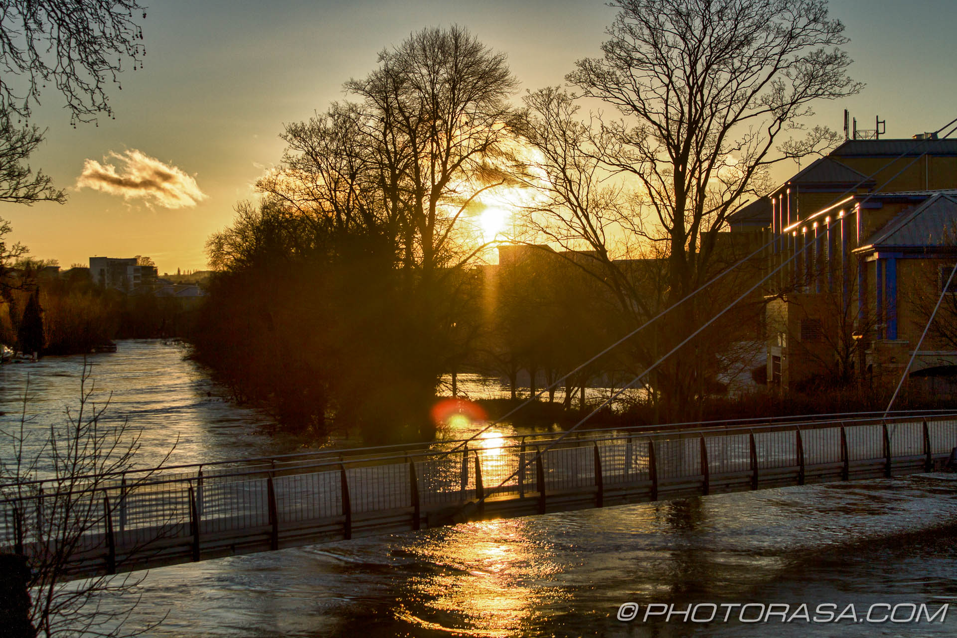 http://photorasa.com/wet-xmas-maidstone-river-medway-floods-town-centre/sunset-over-flooded-medway-and-lockmeadow-footbridge/