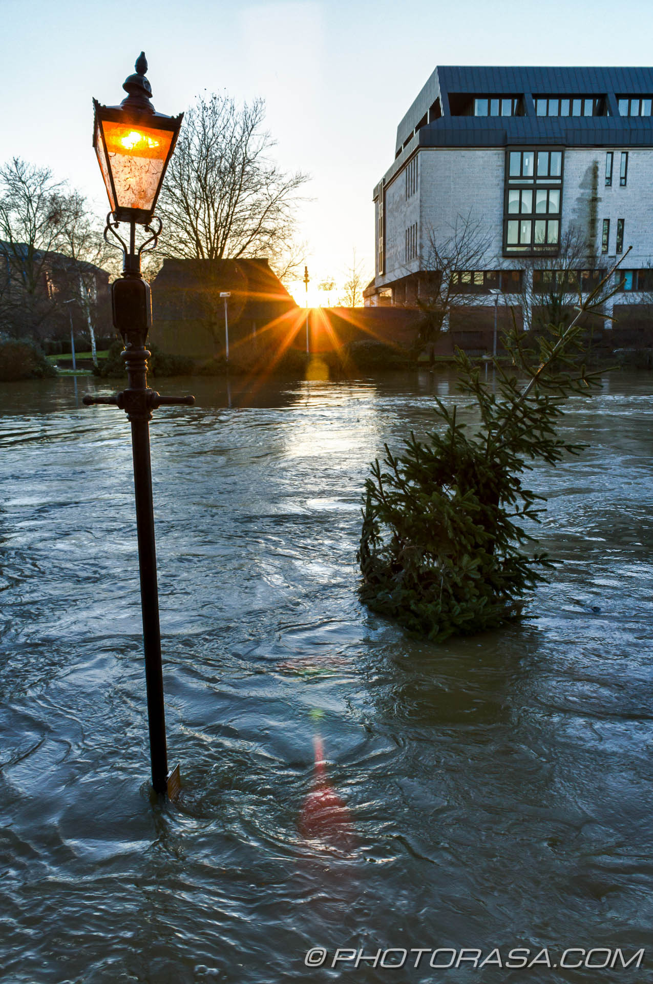 http://photorasa.com/wet-xmas-maidstone-river-medway-floods-town-centre/sunset-street-lamp-and-xmas-tree/