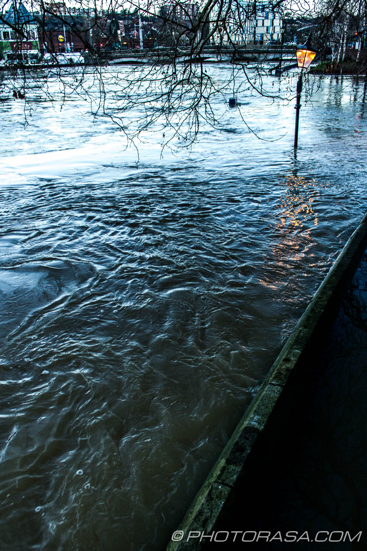 http://photorasa.com/wet-xmas-maidstone-river-medway-floods-town-centre/swirling-currents-near-a-street-light/