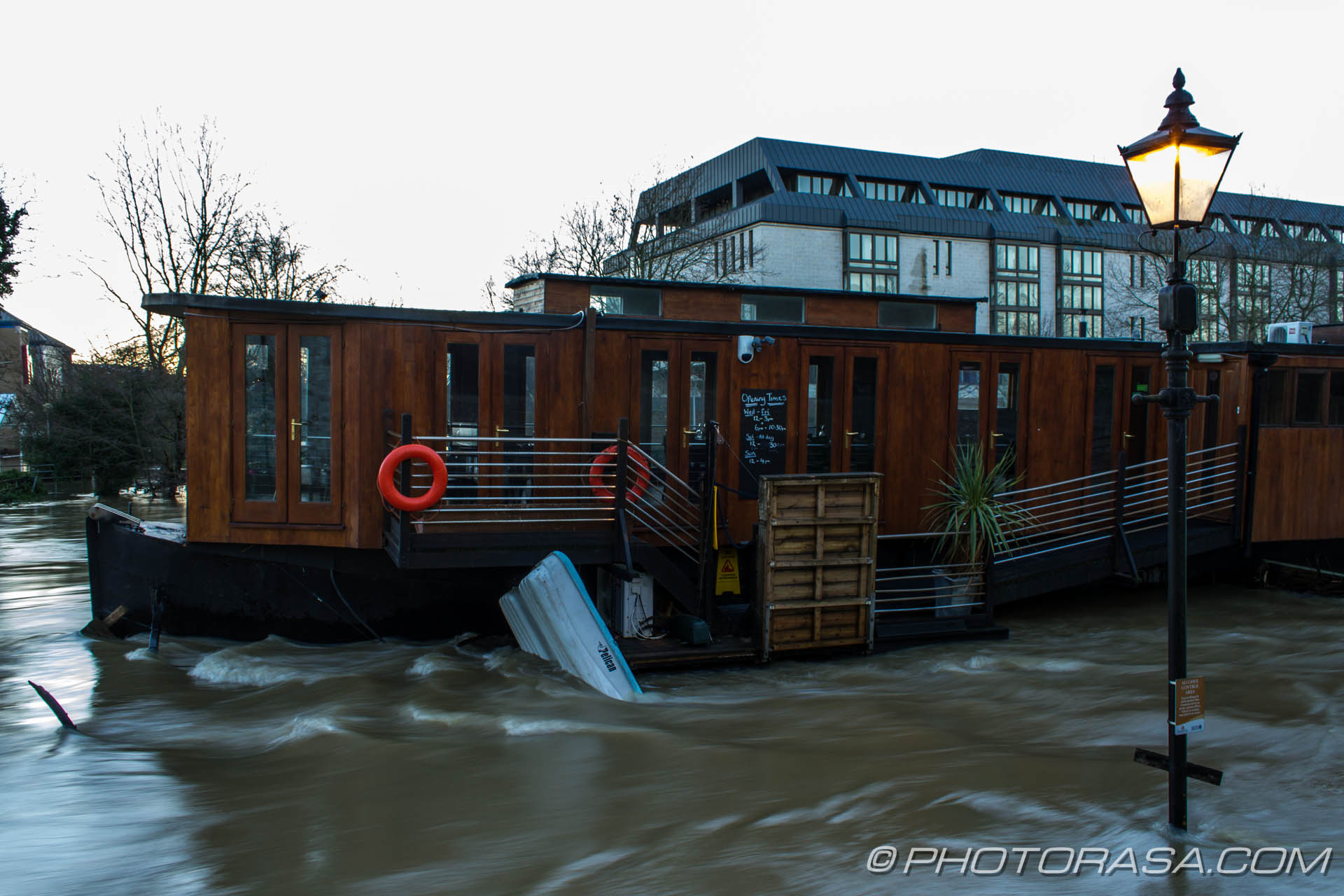 http://photorasa.com/wet-xmas-maidstone-river-medway-floods-town-centre/the-barge-is-still-there/