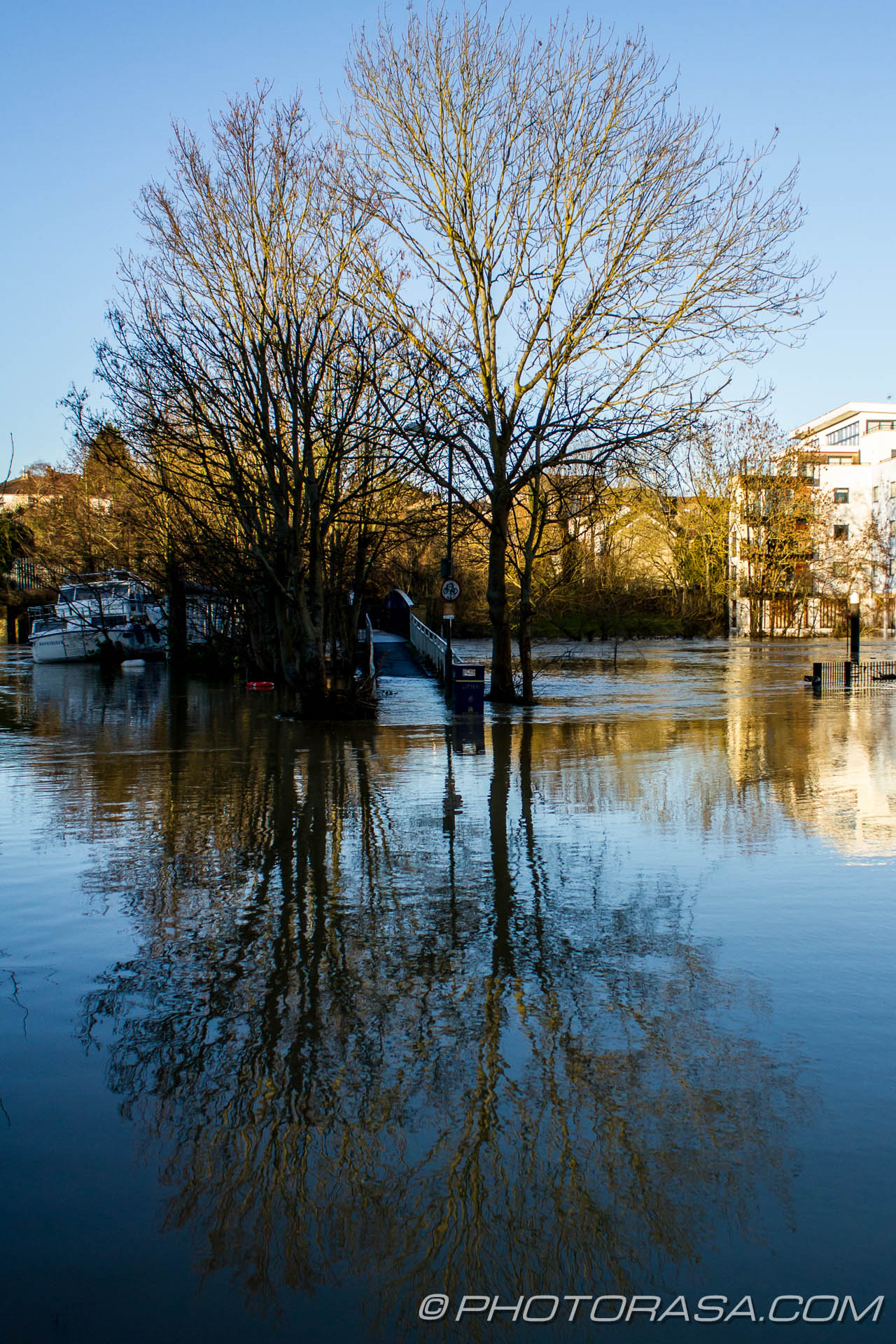 http://photorasa.com/wet-xmas-maidstone-river-medway-floods-town-centre/tree-reflection-at-unmoored-boat-at-tovil-footbridge/