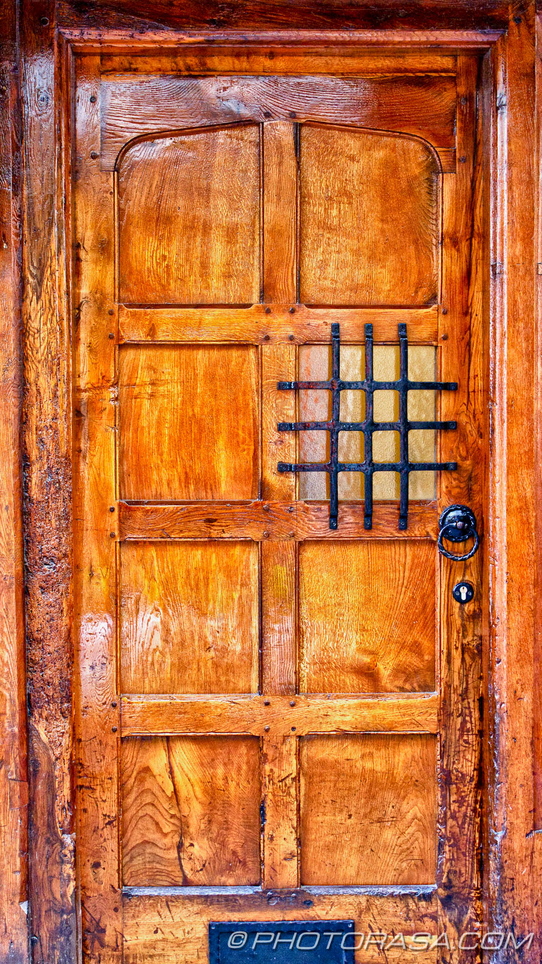 http://photorasa.com/canterbury-trip/old-wooden-door-with-viewing-panel/
