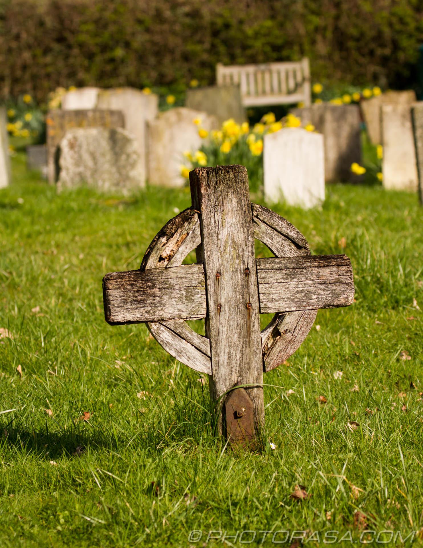 https://photorasa.com/saints-church-staplehurst-kent/wooden-celtic-cross-grave-marker/