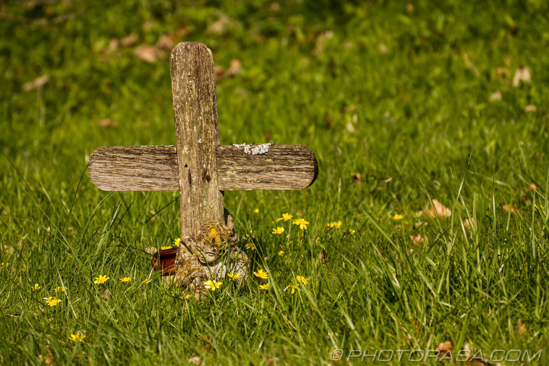 http://photorasa.com/saints-church-staplehurst-kent/wooden-cross-grave-marker/