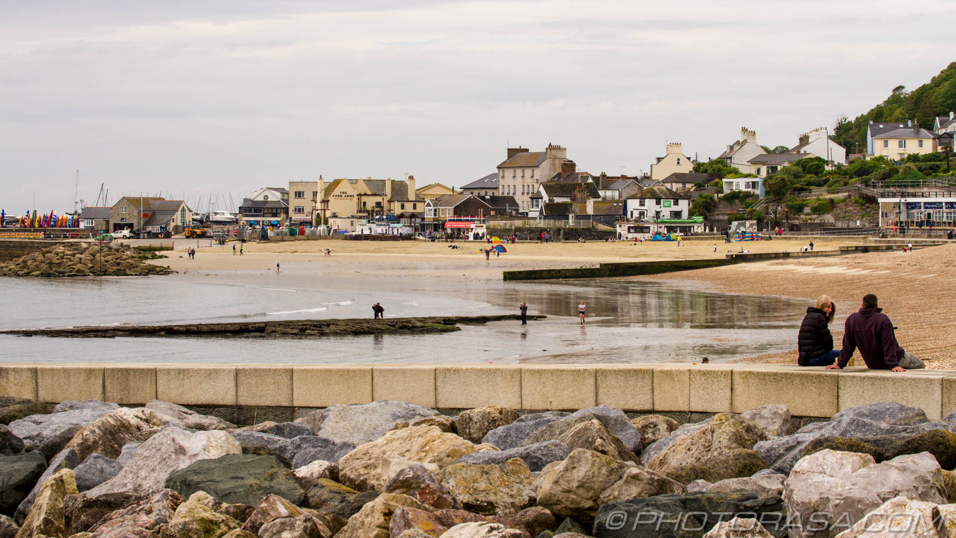 http://photorasa.com/lyme-regis/by-the-rocks/