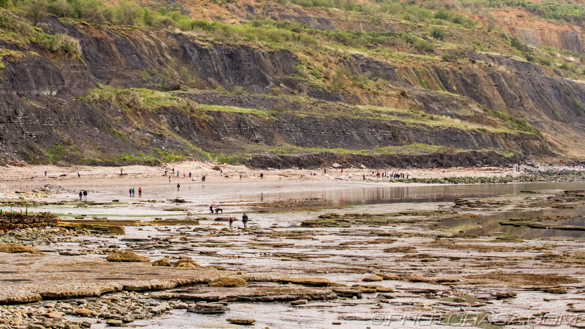 http://photorasa.com/jurassic-coast-lyme-regis/people-looking-for-fossils-at-the-jurassic-cliffs-of-dorset/
