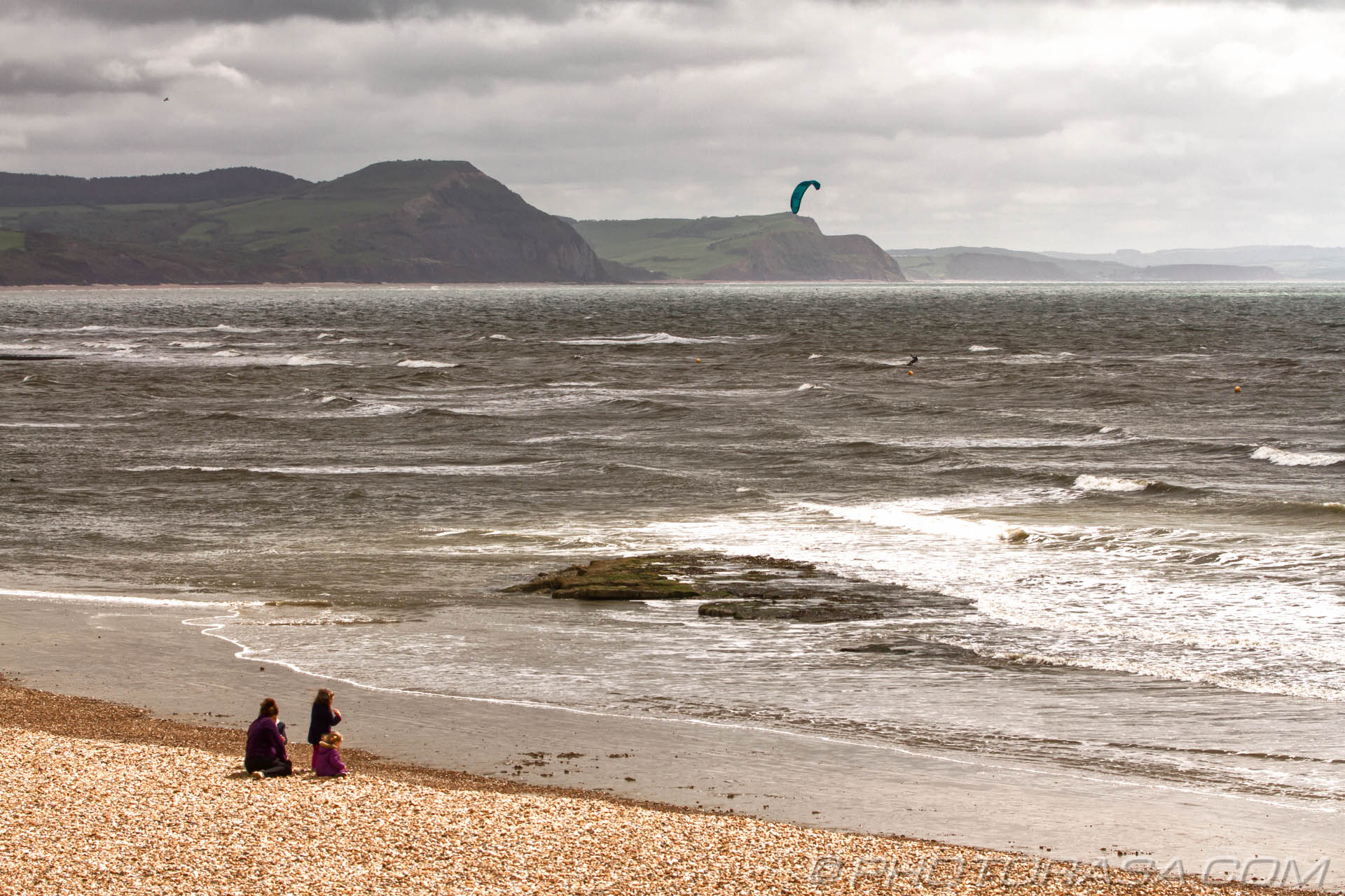 http://photorasa.com/lyme-regis/watching-the-kitesurfer-at-lyme-regis/