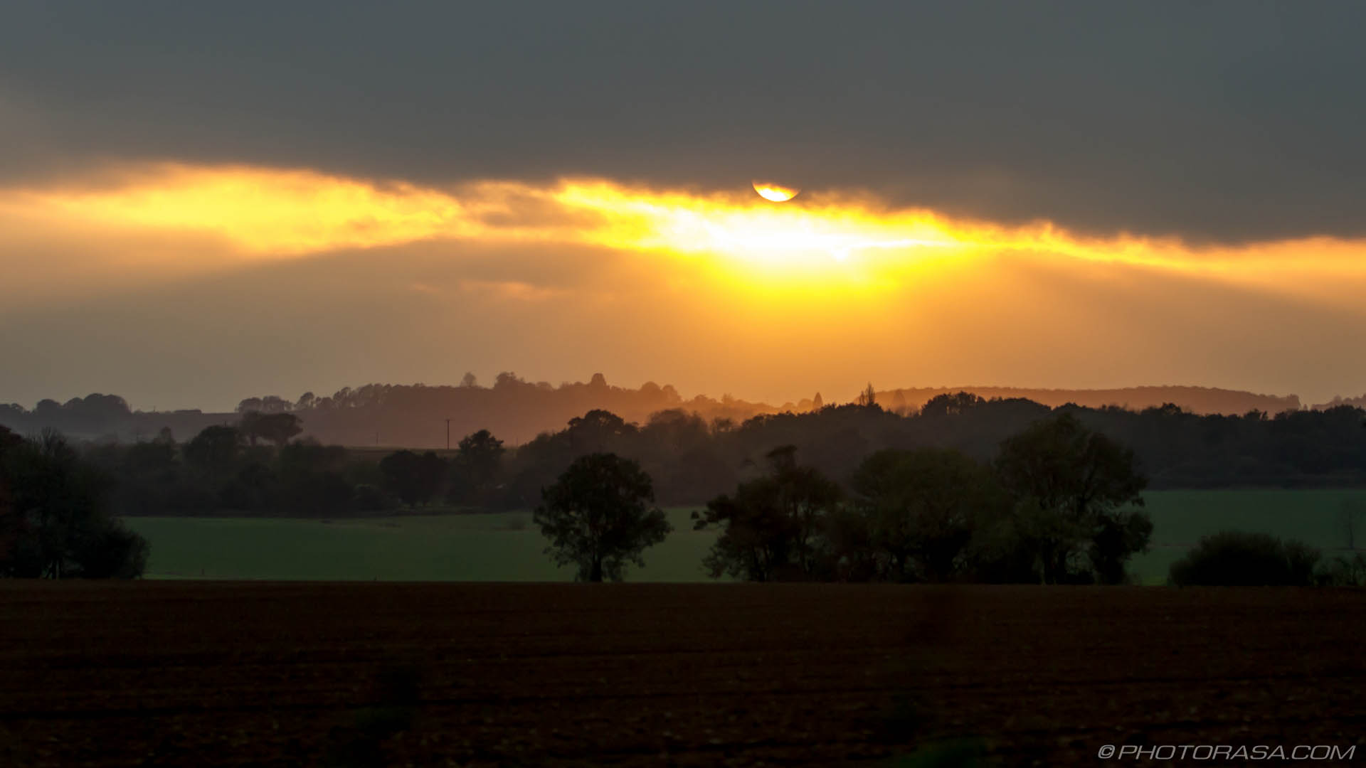 https://photorasa.com/sun-shining-through-the-clouds/sun-shining-under-cloud/