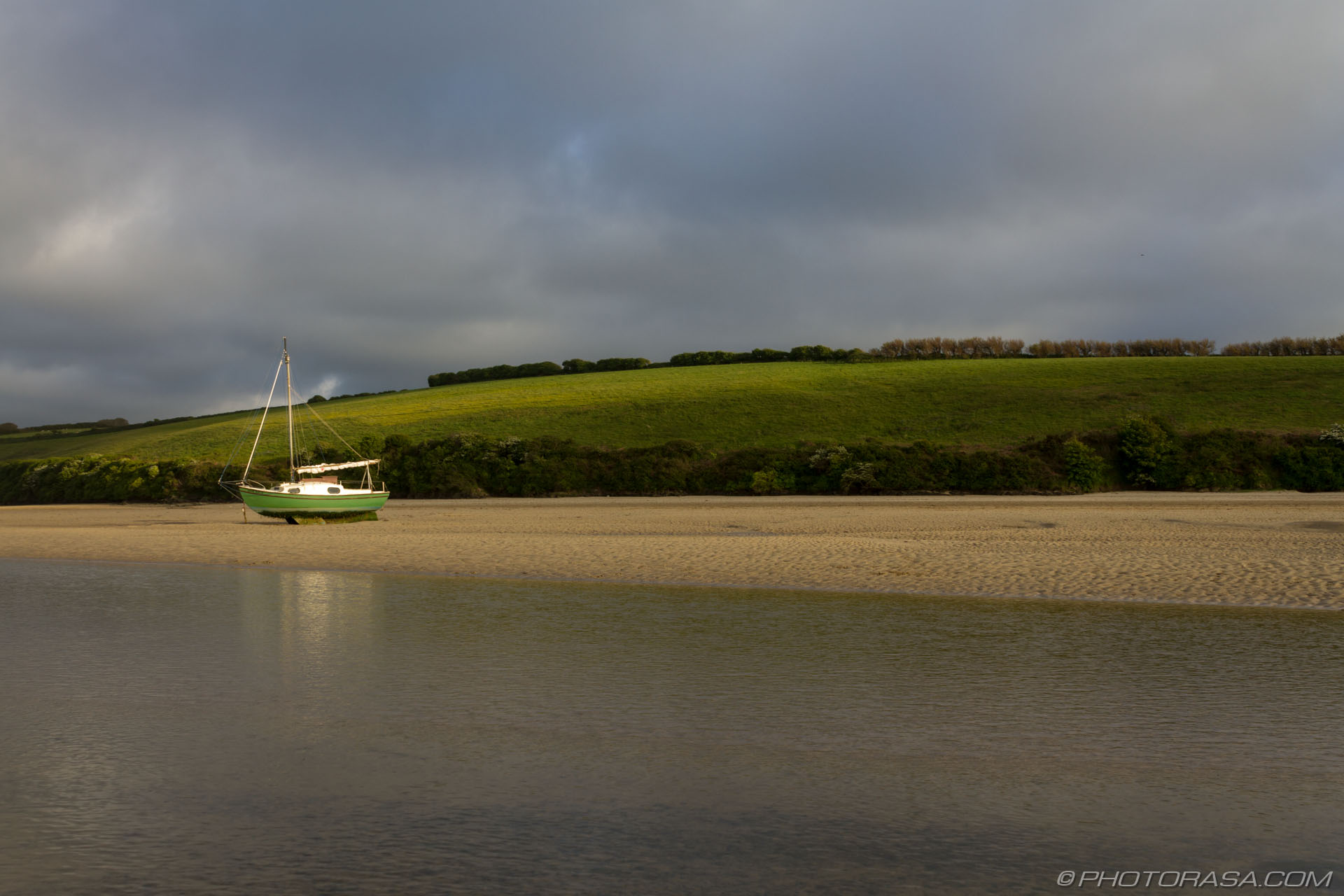 https://photorasa.com/newquay/grounded-boat-on-river-gannel-estuary/