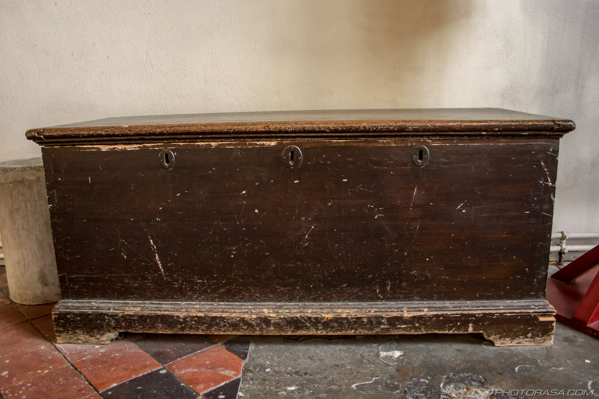 http://photorasa.com/st-marys-church-in-lenham/old-wooden-church-chest-with-3-keyholes/