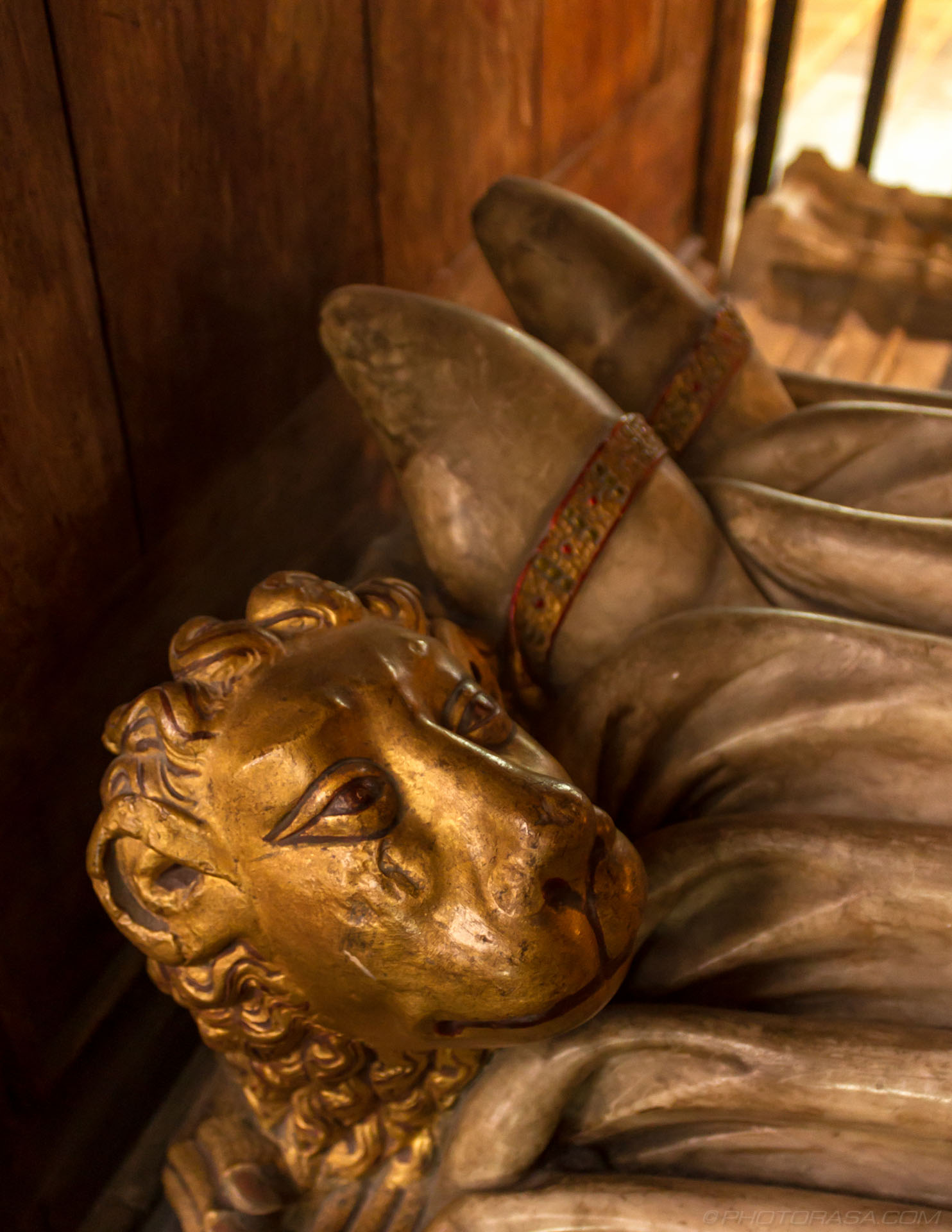 http://photorasa.com/canterbury-cathedral/lion-at-king-henrys-feet/