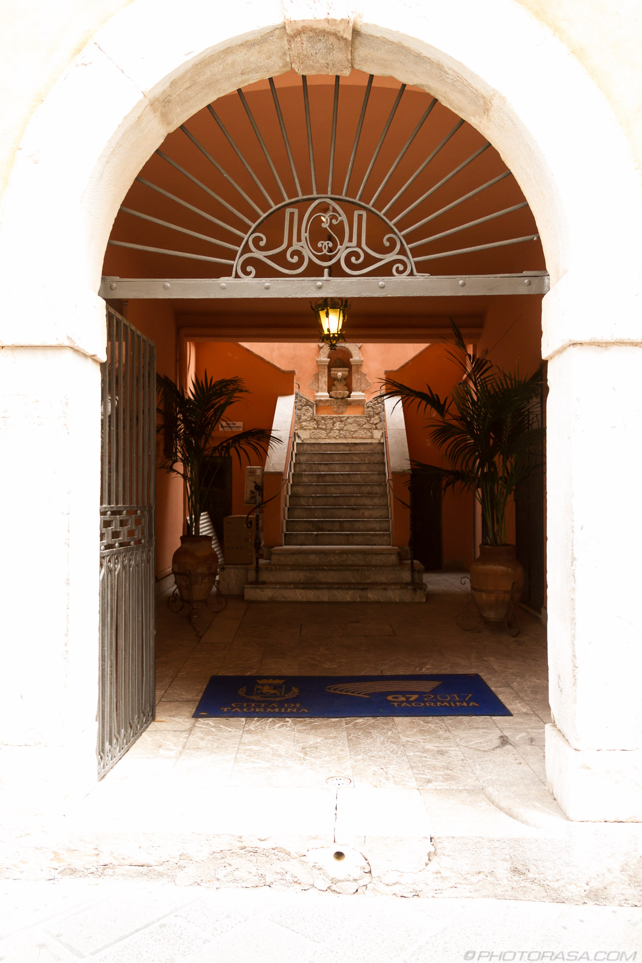http://photorasa.com/taormina/building-entrance/