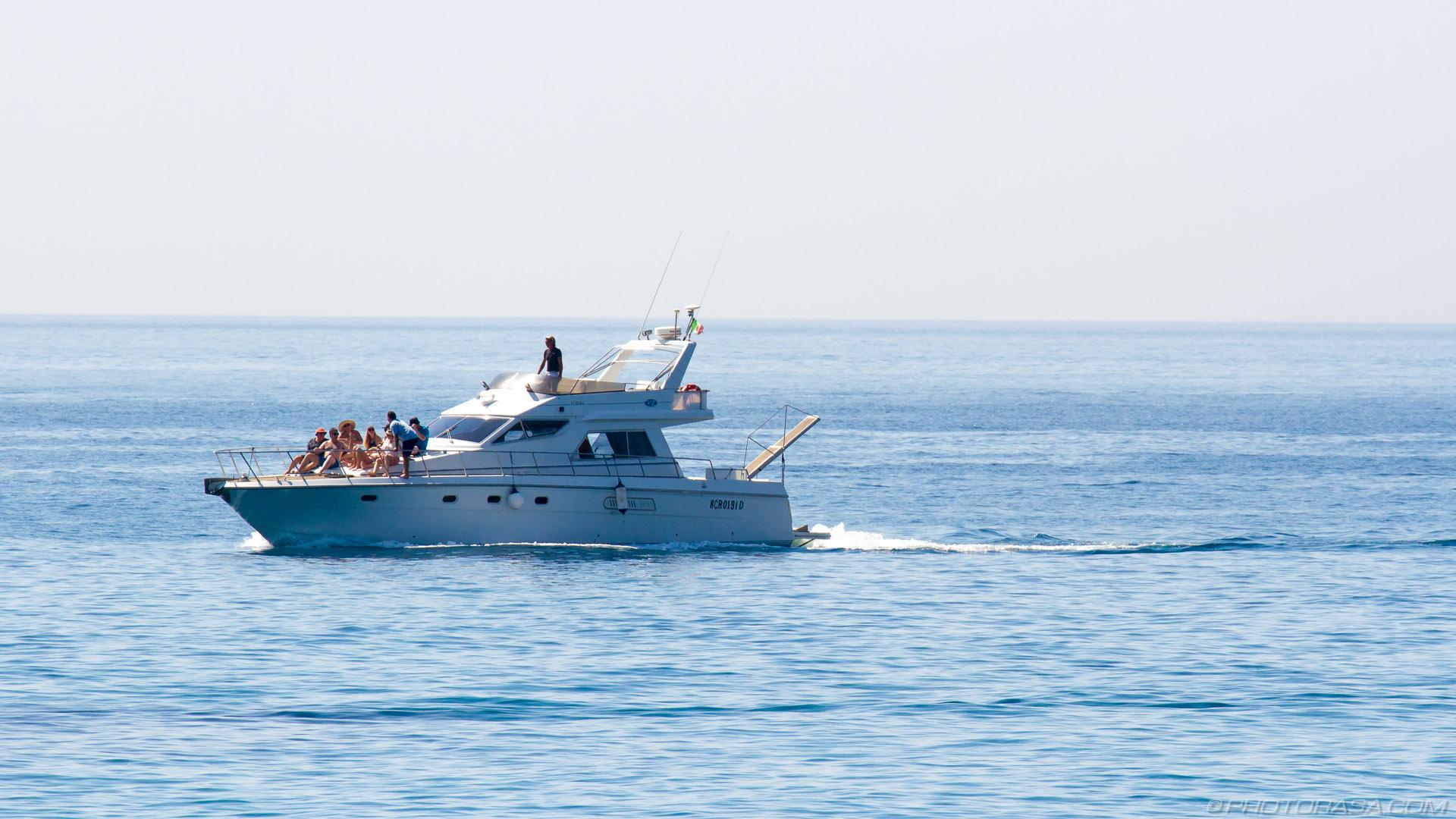 https://photorasa.com/giardini-naxos/speeding-yacht-full-of-people/